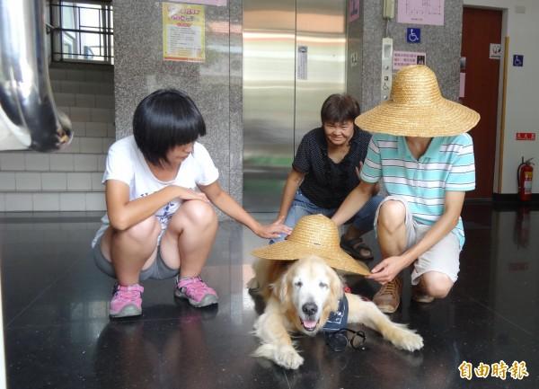 治療犬「罔市」特地從台北南下,和喜憨兒相見歡,圓了孩子們的夢。(記者廖淑玲攝)