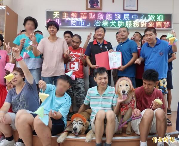 治療犬「罔市」(戴眼鏡的狗)、「蕗米」台北南下雲林和華聖喜憨兒同樂。(記者廖淑玲攝)