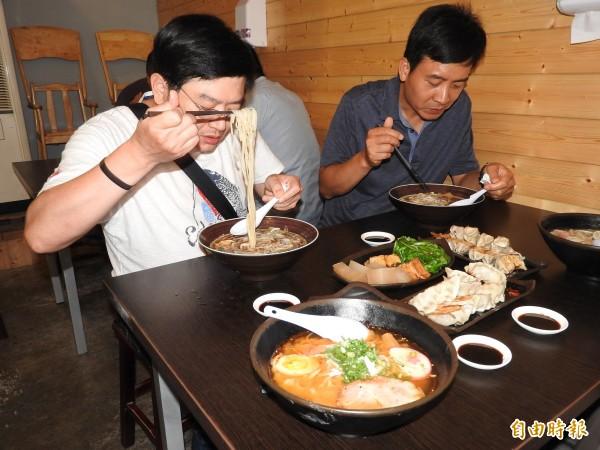 每到用餐時刻,顧客享受大口吃麵的快感。(記者佟振國攝)