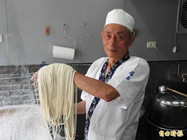 用手工多次揉打而成的麵條,口感Q彈有嚼勁,有別於機器麵條。(記者佟振國攝)