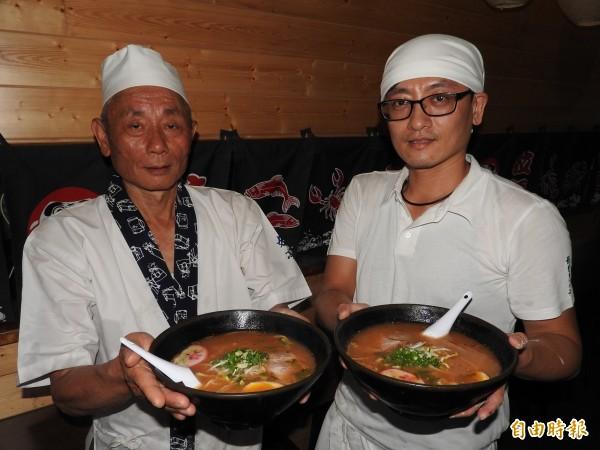 68歲的李新德(左)現在交棒給38歲的小兒子李健榮(右),繼續傳承好味道。(記者佟振國攝)