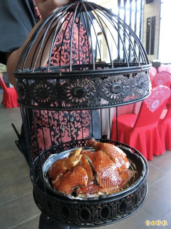鳥籠裡沒有鳥,卻藏著金黃酥脆的烤雞。(記者葛祐豪攝)