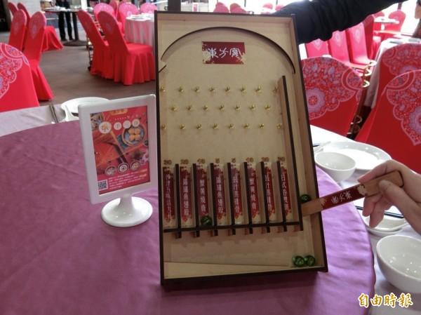 業者打造一個童玩大型彈珠檯,送出各式廣式點心。(記者葛祐豪攝)