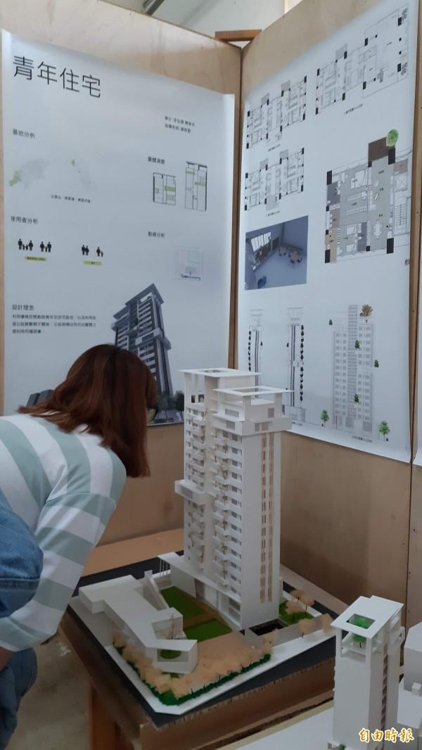 台東專校建築科畢業展中的青年住宅作品。(記者黃明堂攝)