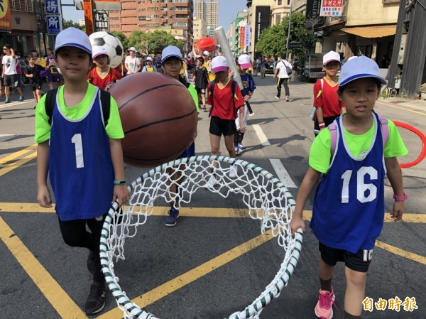 為迎接「新竹300」(竹塹開墾3百年),新竹市府今天舉辦城市大遊行。(記者王駿杰攝)