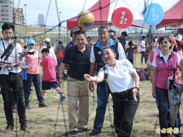 侯友宜參加蘆洲區的「運動樂開懷」活動,小試身手。(記者翁聿煌攝)