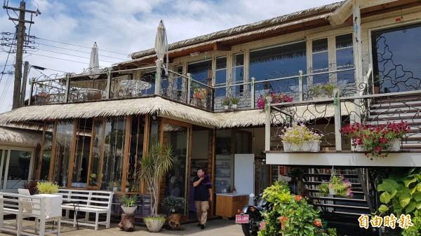 陳家兄弟將老家三合院改建為充滿南洋風情的特色音樂餐廳。(記者彭健禮攝)