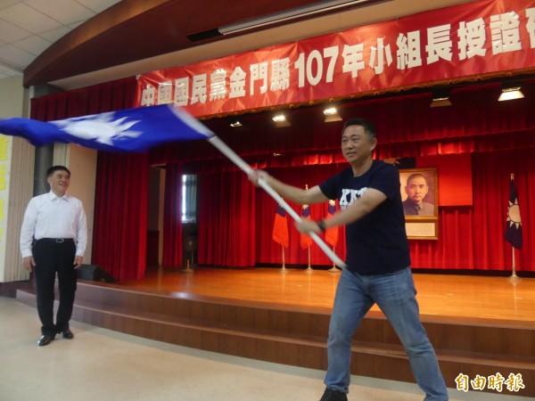 金門籍立委楊鎮浯(右)舞動黨旗,展現前進縣政府決心。(記者吳正庭攝)
