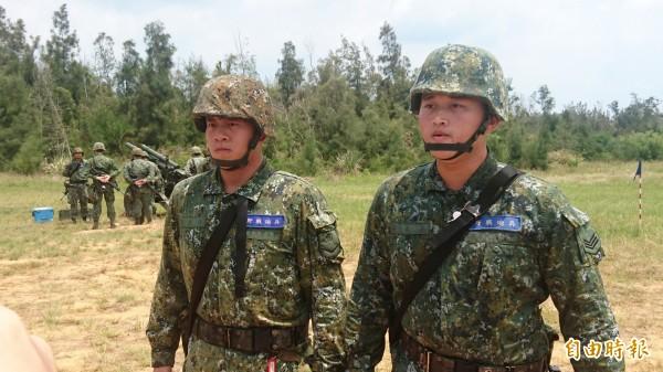 王文彥(圖右)及王文修(圖左)是親兄弟,不僅分發到同一砲兵連,還在同一砲班服役。(記者羅添斌攝)
