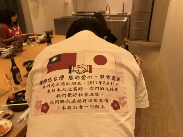311大地震已經過了7年,日本議員還記得當年台灣的協助,衣服背後寫著「謝謝您台灣」,表達感謝。(康裕成提供)