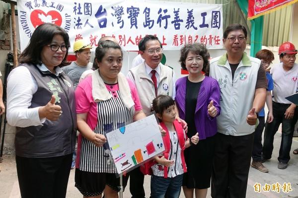 嘉義市長涂醒哲與夫人鄭玉娟準備粉紅色新書包當禮物,送給即將上小一的陳小妹妹。(記者丁偉杰攝)