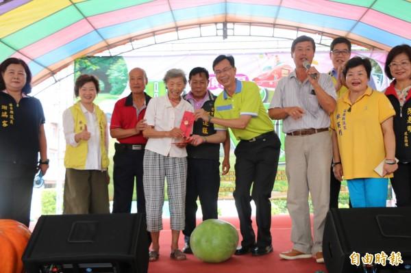 九十歲的瓜農林陳水妹(中)種出重達五十八台斤的「西瓜王」。(記者鄭名翔攝)