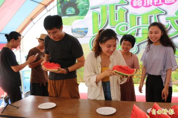 現場還舉辦熱鬧的吃西瓜吐瓜籽比賽。(記者鄭名翔攝)