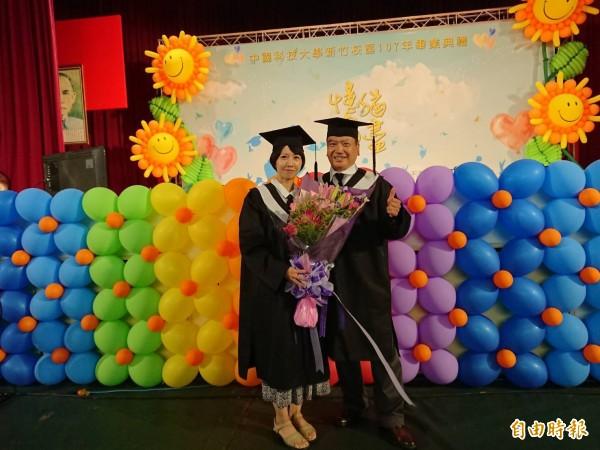 63歲就讀中國科大樂齡大學的陳枝銘,為充實自我而踏入校園,今天與該校進修學院企管系第一名畢業的女兒陳采羚,一同領畢業證書;父女倆互相鼓勵,也互相成就。(記者廖雪茹攝)