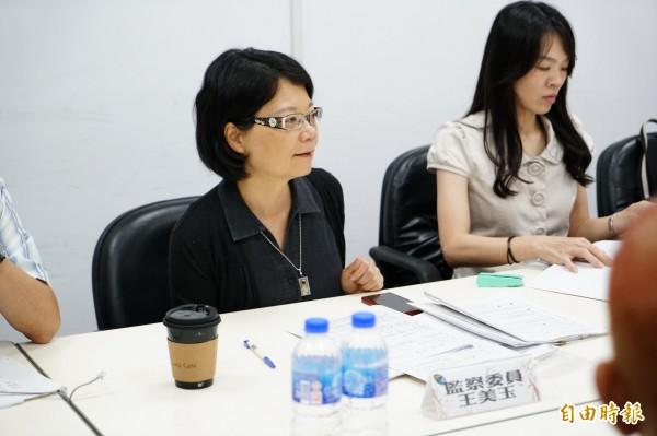 監委王美玉(左)今天到五結鄉公所,受理搶救興中國中自救會陳情。(記者江志雄攝)