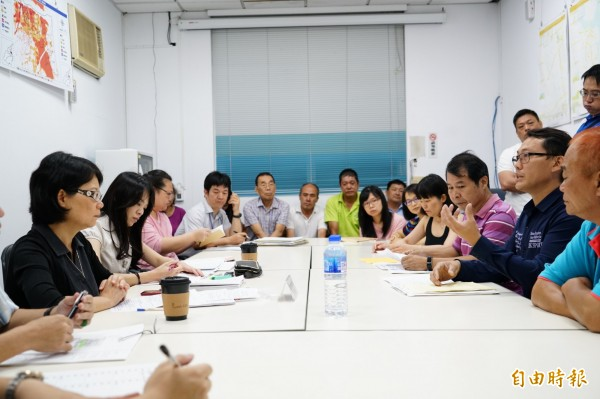 監委王美玉(左一)聽取自救會成員的意見。(記者江志雄攝)