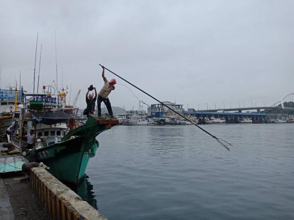 蘇澳龍舟賽安排國內獨一無二的鏢釣實境秀。(記者江志雄翻攝)