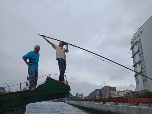 鏢釣使用的鏢槍有18尺長。(記者江志雄翻攝)
