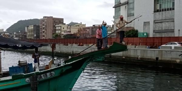 漁民站上鏢台待命,重現以前如何獵捕旗魚。(記者江志雄翻攝)