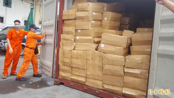 基隆關海關人員10日凌晨查獲走私菸絲;今天在基隆港西十六碼頭開櫃展示查緝成果。(記者俞肇福攝)