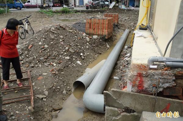地籍重測導致社區拆溝還地,斗六明德里一社區無處排水,居民相當無奈。(記者詹士弘攝)