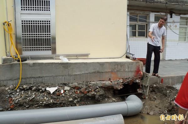 地籍重測導致社區拆溝還地,斗六明德里一社區無處排水。(記者詹士弘攝)