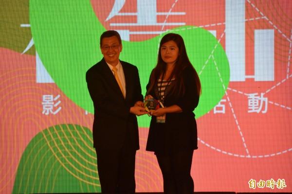 副總統、文總副會長陳建仁(左)頒獎給影音多媒體首獎得獎人王亭婷。(記者王峻祺攝)