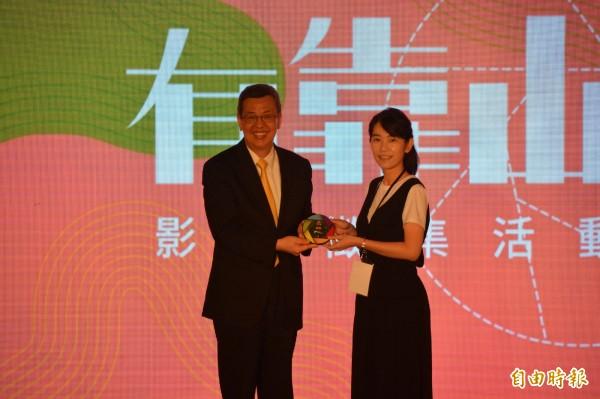 副總統陳建仁(左)頒發攝影首獎,由獲獎人王昭貴親友代領。(記者王峻祺攝)