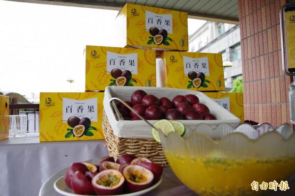 中埔鄉農會推出百香果水果禮盒。(記者曾迺強攝)