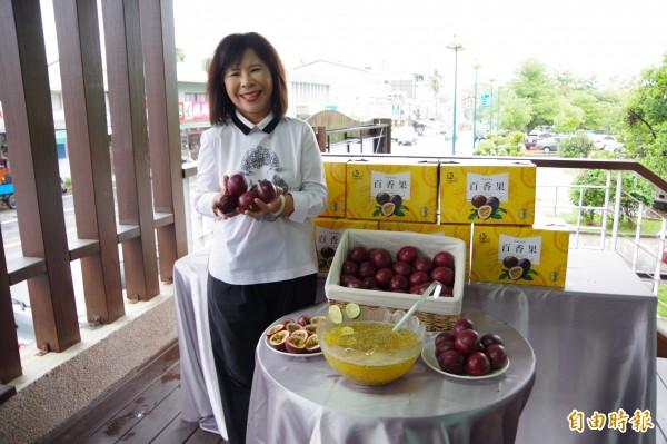 中埔鄉農會總幹事李碧雲行銷百香果水果禮盒。(記者曾迺強攝)