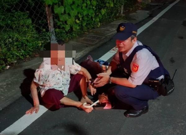 85歲阿嬤凌晨路倒國小旁,警助阿嬤返家。(記者王秀亭翻攝)