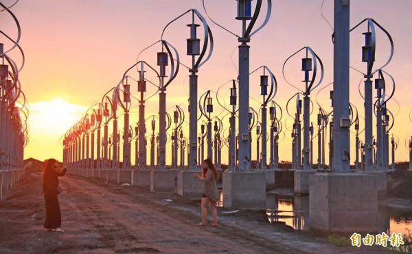彰化芳苑地區矗立400多座垂直軸小型風力發電機,景色猶如外星球,吸引民眾來拍照打卡。(記者陳冠備攝)