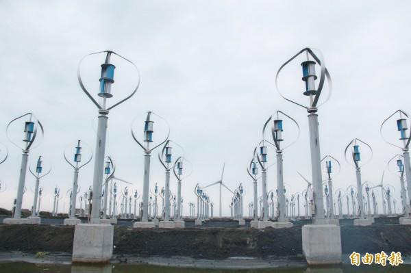 有業者在芳苑養殖用地,建置432座垂直軸小型風力發電機。(記者陳冠備攝)