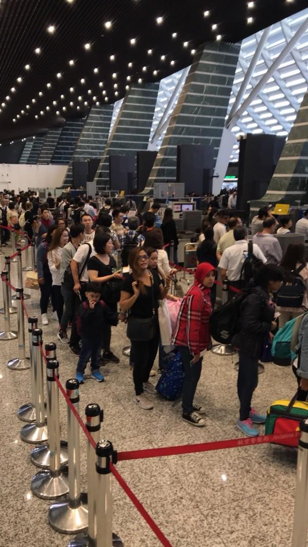 移民署電腦軟體更新,電源轉換後重新開機後造成一期航廈通關系統嚴重當機,超過2000旅客行程延誤  (讀者提供)