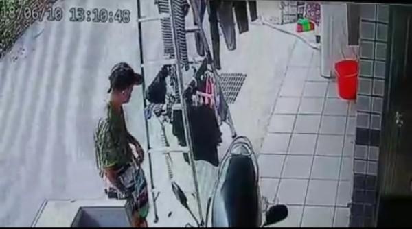 一名頭戴帽子的阿伯,經過五結鄉五結中路某民宅,發現衣架上有內褲。(圖擷取自宜蘭知識+)
