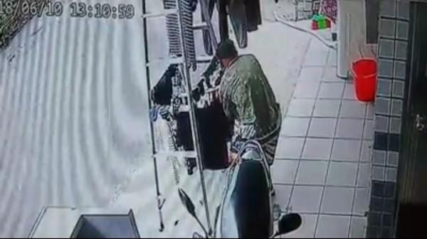 監視器拍到阿伯涉嫌竊取人家的貼身衣物。(圖擷取自宜蘭知識+)