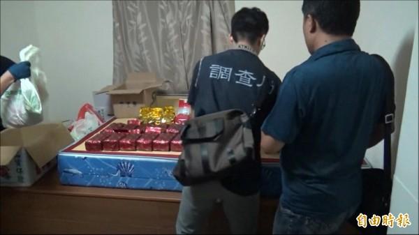 專案小組人員在賴姓男子住處查獲大量K他命。(記者林宜樟翻攝)