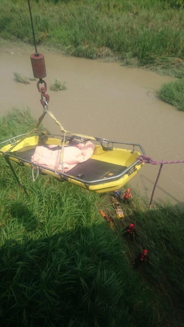 嘉義縣、市消防人員將受困沙洲的男子救援上岸。(記者林宜樟翻攝)
