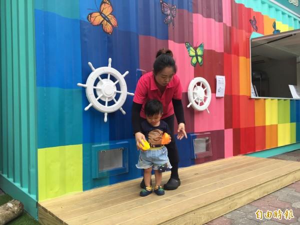 大型彩虹扭蛋機為富岡漁港帶來新氣象。(記者張存薇攝)