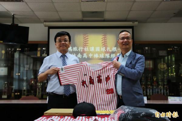 喜鴻旅行社經理鄭穆誠(右)捐贈經費贊助竹南高中棒球隊,竹南高中校長李詩慶(左)則以訂製球衣回禮。。(記者鄭名翔攝)