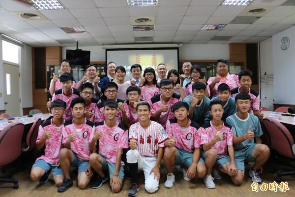 竹南高中棒球隊獲贊助,盼能再創佳績。(記者鄭名翔攝)