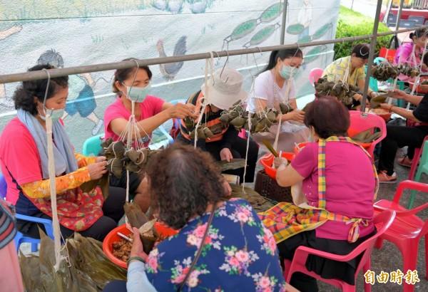 南投仁愛之家舉辦「萬粽一心、粽心傳愛」活動,社區媽媽們也加入包粽行列。(記者謝介裕攝)