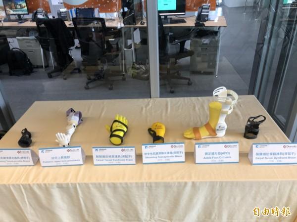 新竹馬偕醫院與工研院宣布,透過合作,共同開發「3D列印設計服務共創平台」,完成腕隧道症候群、媽媽手、踝足矯形器及幼兒上臂義肢等客製化3D列印輔護具。(記者王駿杰攝)