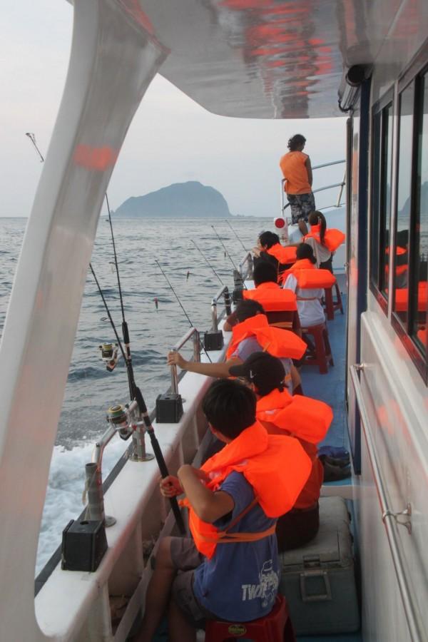 基隆鎖管季推出一系列海上體驗活動,有夜訪鎖管、夜釣白帶魚等,相當精采。(記者林欣漢攝)