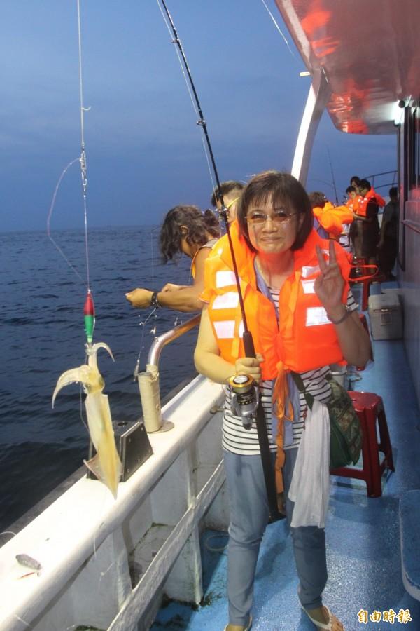 基隆鎖管季,民眾海上體驗夜釣鎖管。(記者林欣漢攝)