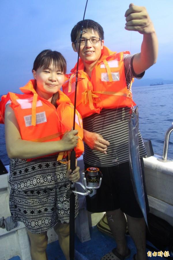 基隆鎖管季,民眾海上體驗夜釣白帶魚。(記者林欣漢攝)
