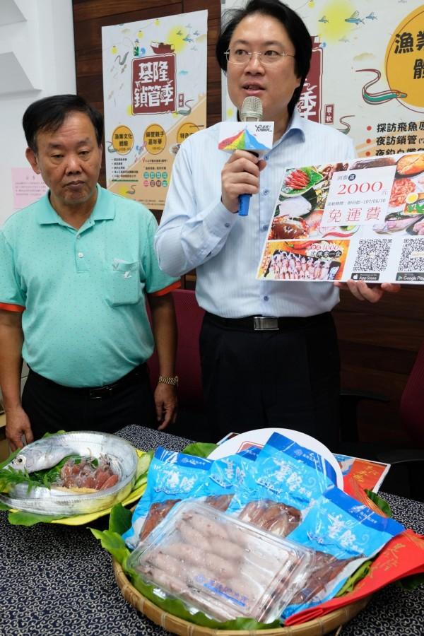 基隆市長林右昌(右)、基隆區漁會理事長游日興(左)行銷基隆漁產。(記者林欣漢攝)