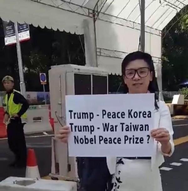 璩美鳳現身北韓領導人金正恩下榻的新加坡瑞吉酒店外。(圖由璩美鳳提供)