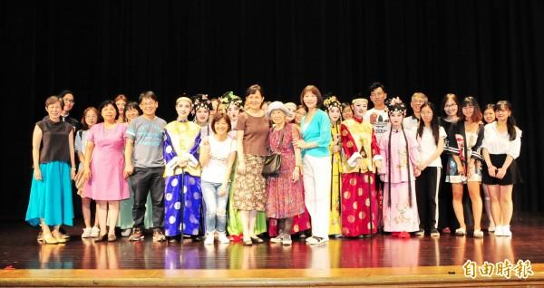 靜宜大學中文系「南管戲曲校園推廣計畫」,由7名學員擔綱演出「管甫送」。(記者張軒哲攝)