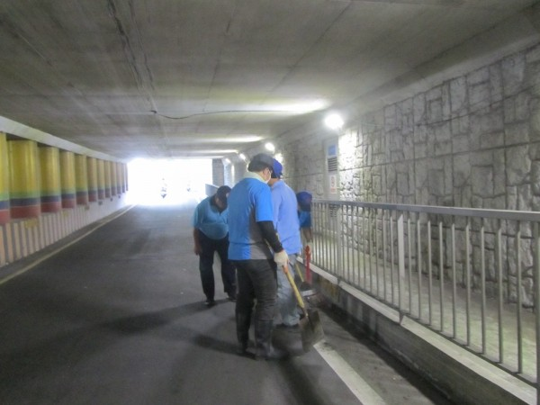苗栗縣政府環保局派員清除水溝、地下道周邊的垃圾垃圾、落葉、淤泥。(苗栗縣政府提供)
